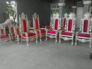 Kursi Raja Warna Emas